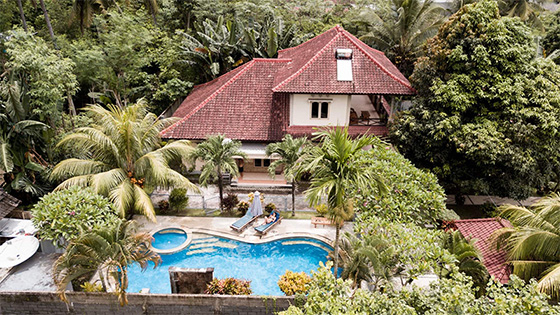 Sari Inn House is set on spacious lush tropical gardens and is only 10-15 minutes walk to the beach and cafes.